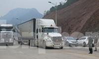 """Kể từ ngày 26/4, các lái xe """"Đội chuyên trách"""" được một tổ công tác của tỉnh Lạng Sơn theo dõi, giám sát việc thỏa thuận giá dịch vụ lái xe qua biên giới Việt- Trung .Ảnh: Duy Chiến"""
