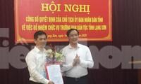 Phó Chủ tich UBND tỉnh Lạng Sơn Dương Xuân Huyên trao Quyết định, tặng hoa chúc mừng tân Trưởng ban dân tộc tỉnh Vi Minh Tú (bìa trái). Ảnh: Duy Chiến