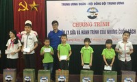 Bí thư TƯ Đoàn Bùi Quang Huy tặng quà cho thiếu nhi Lạng Sơn .Ảnh: Duy Chiến