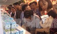 """Trên 200 hộ dân nghèo ở huyện Cao Lộc tham gia """"Chợ nhân đạo"""". Những nhu yếu phẩm thiết yếu cho cuộc sống hàng ngày rất """"đắt hàng"""" .Ảnh: Duy Chiến"""