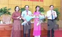 Hai tân Phó chủ tịch tỉnh Lạng Sơn (giữa) nhận hoa chúc mừng của lãnh đạo tỉnh .Ảnh: Duy Chiến