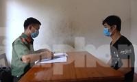 Đối tượng Xuyên (bìa phải) đang khai nhận hành vi tại cơ quan công an .Ảnh: T. Duyên