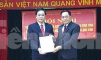 Tân giám đốc sở Tài chính Vũ Hoàng Quý (bìa trái) nhận quyết định từ lãnh đạo UBND tỉnh Lạng Sơn .Ảnh: Duy Chiến
