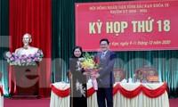 Bà Phương Thị Thanh (bìa trái) nhận hoa chúc mừng của Lãnh đạo Tỉnh ủy Bắc Kạn. Ảnh: TL