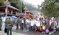 Trong số 137 công dân được trao trả qua cửa khẩu Hữu Nghị, lực lượng chức năng phát hiện 2 đối tượng truy nã .Ảnh: N. My