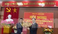 Ông Nguyễn Quang Tuấn (bìa trái) nhận quyết định đảm nhiệm chức vụ Bí thư huyện ủy Văn Quan .Ảnh: Duy Chiến
