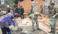 Đoàn viên, thanh niên Trung đoàn 123 Lạng Sơn và nhân dân trên công trình xây dựng nhà nhân ái .Ảnh: Duy Chiến