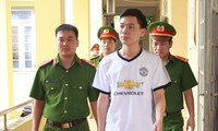 Hoàng Công Lương (áo trắng), một trong 3 bị can bị truy tố. Ảnh: H.L.