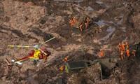 Lực lượng cứu hộ sử dụng trực thăng để tiếp cận các khu vực bị bùn đỏ tràn vào sau sự cố vỡ đập