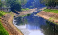 Sông Tô Lịch thơ mộng 2000 năm tuổi bị 'bức tử' như thế nào?
