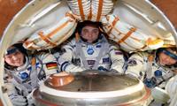 Các phi hành gia bị nhồi nhét trong không gian chật hẹp trên tàu Soyuz. Ảnh: NASA.