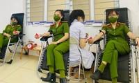 Trở về sau đêm dài trực chốt, nữ Trung tá cùng đồng đội lập tức hiến máu cứu người
