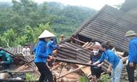 Mưa lớn làm nhà sập hoàn toàn, thanh niên hợp sức giúp người dân tháo dỡ, vận chuyển
