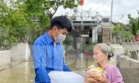 Mưa lớn liên tiếp, thanh niên lội nước mang lương thực, nước sạch vào tận nhà người dân