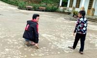 Gương sáng cậu học trò Mông dùng tay thay chân tới trường học chữ