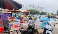 Nhếch nhác trước cổng bệnh viện: Đề xuất xây dựng chợ tạm?