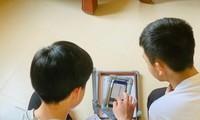 Nhóm học sinh lớp 11 chế tạo giá chấm thi trắc nghiệm