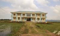 Trường học tiền tỷ xây xong bỏ hoang giữa cánh đồng
