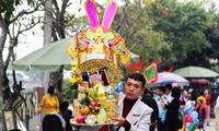 Hàng ngàn du khách dâng hương cầu bình an, phúc lộc tại đền ông Hoàng Mười