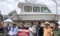 Bí thư Hà Tĩnh tiếp nhận cano cứu hộ, cứu nạn người dân vùng lũ