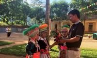 Xúc động học sinh mang hoa rừng, trái dại tặng thầy cô ngày lễ