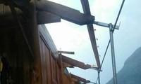 hàng chục ngôi nhà ở huyện miền núi Nghệ an bị hư hỏng nặng do mưa đá kèm lốc xoáy