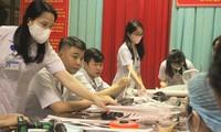 Đoàn thanh niên bệnh viện làm kính chắn giọt bắn phòng COVID-19
