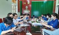 Đoàn thanh niên Bệnh viện làm kính chắn giọt bắn chống dịch COVID-19