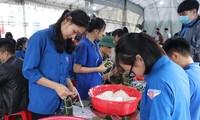 Thanh niên Hà Tĩnh, Nghệ An nấu bánh chưng, hỗ trợ bà con vùng lũ