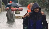 Bộ đội, công an dầm mưa, lội nước cõng dân đến nơi an toàn