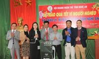 Hội Doanh nhân trẻ Nghệ An trao tặng máy lọc nước cho lãnh đạo xã Châu Lý.