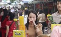 Dịch COVID-19 phức tạp: Nhiều người dân vẫn 'quên' đeo khẩu trang khi đi đền, chùa đầu năm