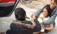 Sản phụ người Mông chuyển dạ sinh con ngay bên vệ đường
