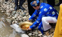 Thả cá chép ở khu di sản Hoàng thành Thăng Long