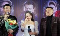 Bảo Thanh khóc khi thấy dàn diễn viên Về nhà đi con và dàn nghệ sỹ tới chúc mừng