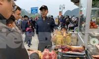 Thịt tươi sống, thịt thú rừng bày bán ở bến đò Thiên Trù