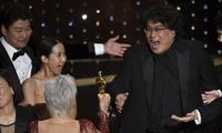 """Đoàn làm phim """"Ký sinh trùng"""" ăn mừng chiến thắng vang dội tại Oscars"""