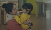 Mẹ ma Kim Tae Hee hạnh phúc ôm con trong vòng tay