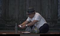 Lão Tài bỏ thuốc vào chén rượu của lão Đẩu