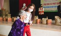 Phạm Phương Thảo về quê tặng quà và tiền hỗ trợ gia đình khó khăn. Ảnh: Long Trần