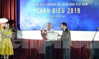 NSƯT đạo diễn Nguyễn Danh Dũng nhận giải Phim truyền hình và đạo diễn xuất sắc. Ảnh: HOÀNG MẠNH THẮNG