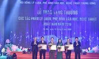Trao tặng thưởng cho 4 tác giả đạt giải A