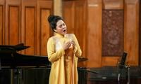 Lương Nguyệt Anh hát chầu Văn trong buổi trình diễn tốt nghiệp. Ảnh: Hòa Nguyễn