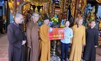 Thượng tọa Thích Thanh Quyết trao tặng tiền ủng hộ cho đồng bào miền Trung