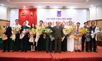 Ông Hữu Thỉnh giao lại ghế Chủ tịch Hội cho nhà văn Nguyễn Quang Thiều. Ảnh: KỲ SƠN