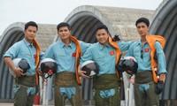 """Bốn thầy trò phi công trong """"Yêu hơn cả bầu trời"""". Ảnh: VFC"""