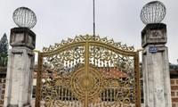 Cánh cổng sắt chướng mắt ở đình Tây Đằng. Ảnh: Nguyễn Đức Bình