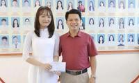 Phó hiệu trưởng Trường THPT Chuyên Hà Tĩnh thầy Phan Khắc Nghệ thưởng nóng 10 triệu đồng cho thủ khoa Khối B.