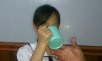 Học sinh bị cô giáo phạt uống nước vắt từ giẻ lau bảng
