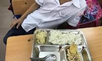 Bữa ăn được phụ huynh đưa lên mạng xã hội.